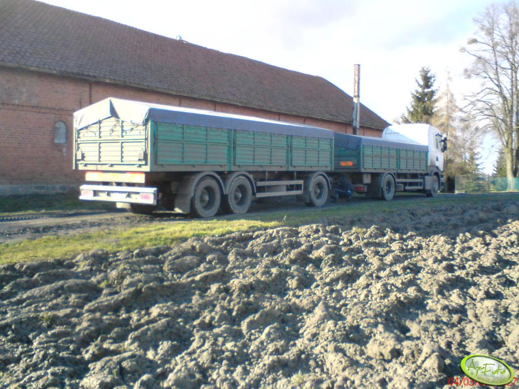 Scania na tle obory