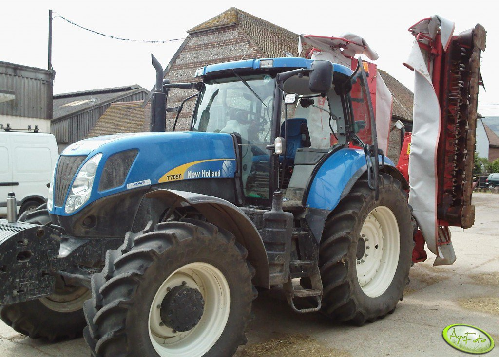 New Holland T7050