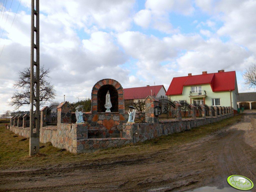 Kapliczka i ogrodzenie
