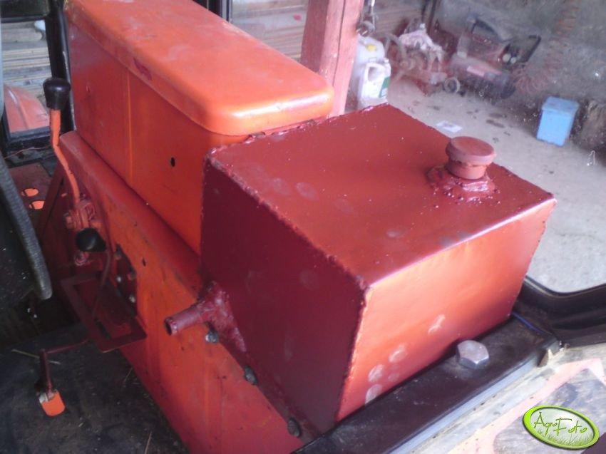 Dodatkowy zbiornik na olej hydrauliczny i przerobiony włącznik wom w T-25