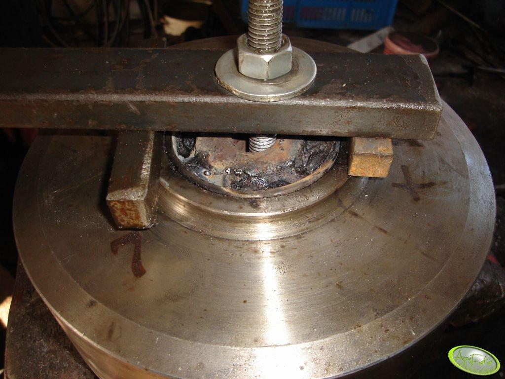 Wyciąganie tulei stalowej z bębna wzmacniacza.
