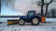 New Holland T6.155 + pług śnieżny + posypywarka samozaładowcza