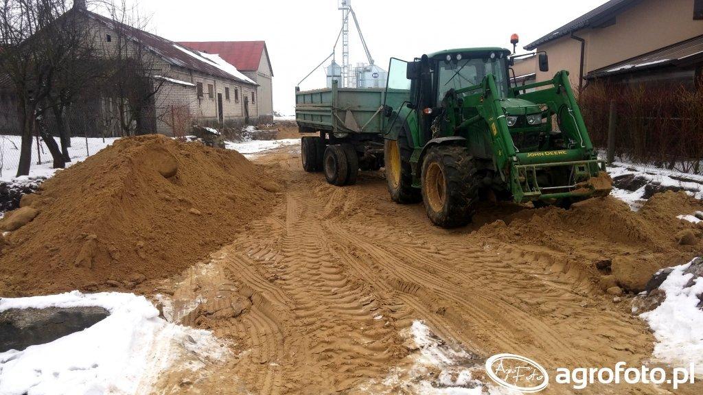 Nawożenie piachu na plac wjazdowy.