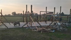 Budowa wiaty dla bydła.