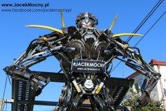 Robot z części do maszyn rolniczych.