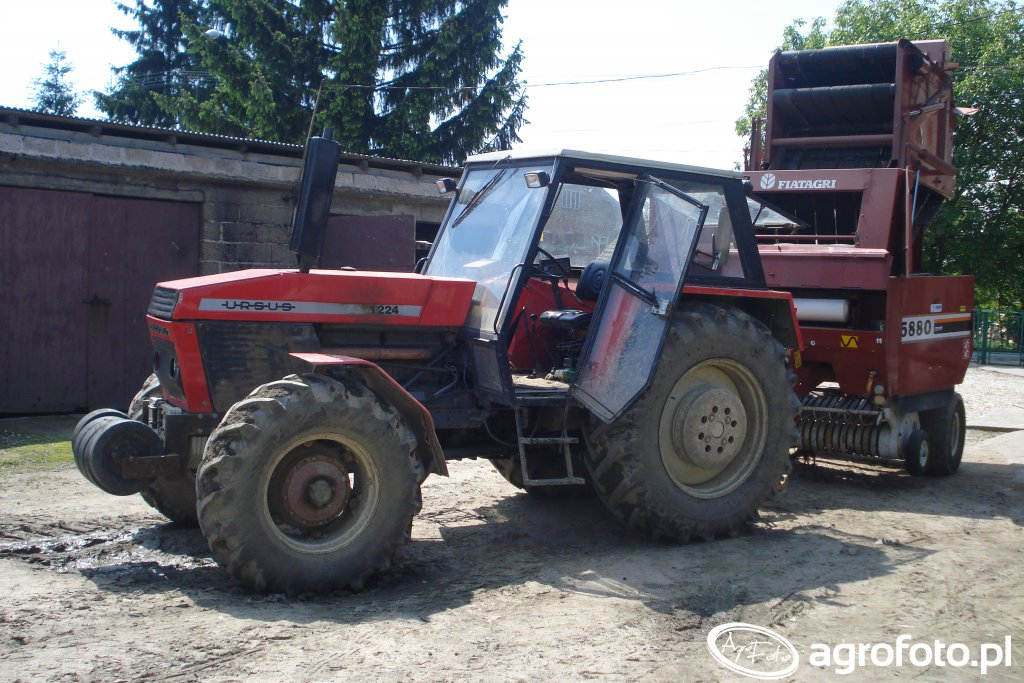 Ursus 1224 z prasą New Holland 5880