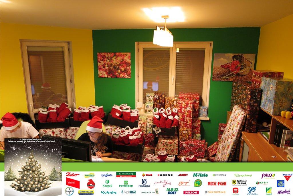 Pomocnicy Mikołaja pakują prezenty