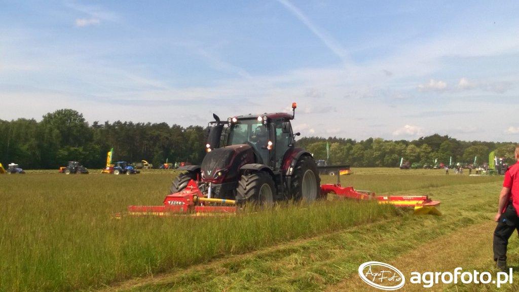 Valtra serii T z zestawem kosiarek na Zielonym Agro Show W Kąkolewie