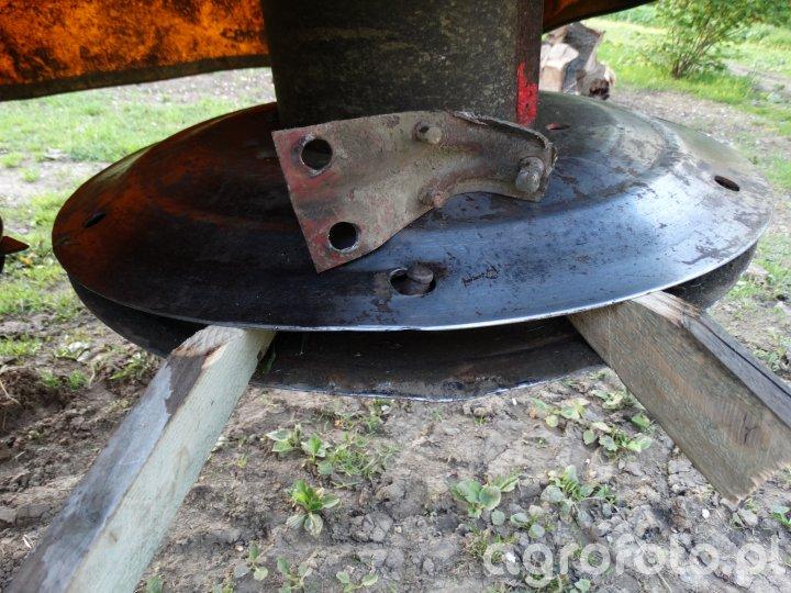 Wymiana trzymaków noży w kosiarce rotacyjnej