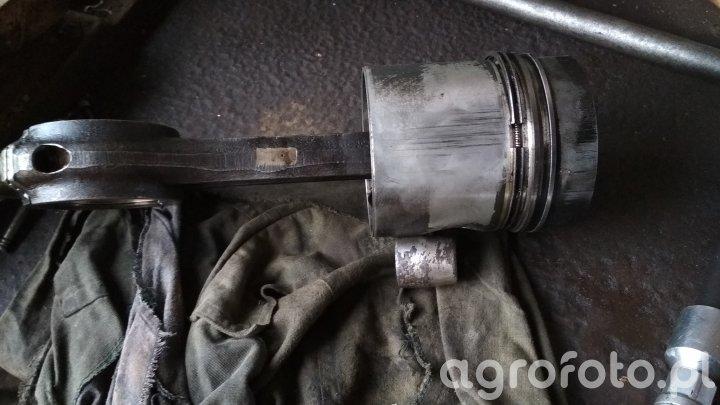 Tłok oraz korbowód od Silnika Ursusa  C-385 Turbo
