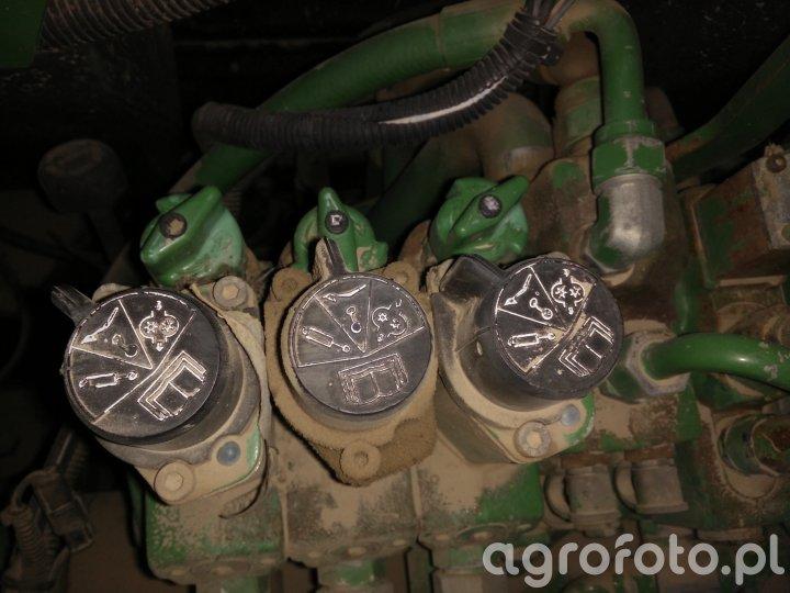 Pokrętła za regulacją przepływu oleju w John Deere