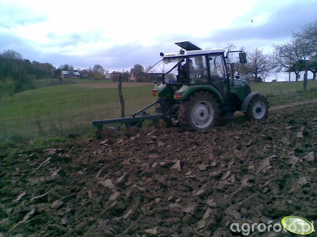 Farmtrac 555DT z pługiem