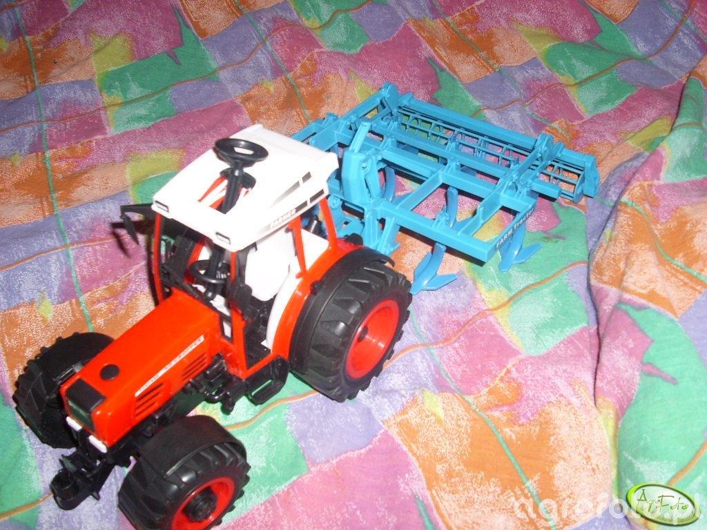 traktor ze spulchniaczem ziemi