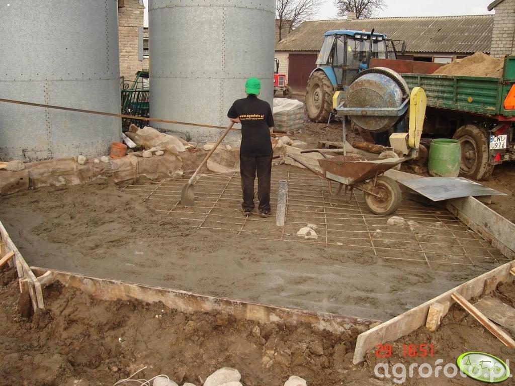 Zalewanie płyty pod fundamentowej pod Bina
