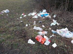 Śmieci na polu