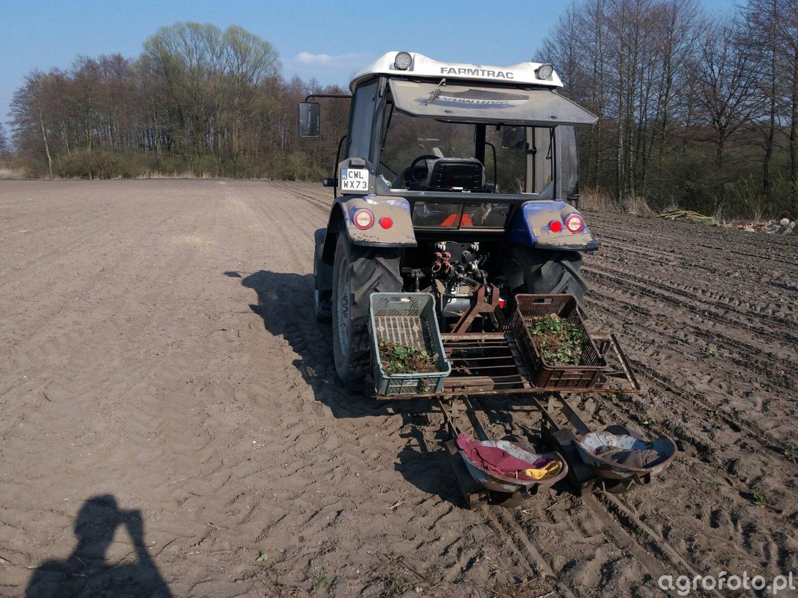 Farmtrac 555DT + sadzarka