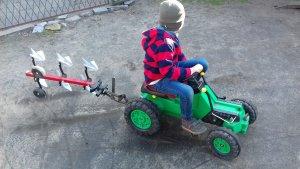 Traktorek na pedały i pług