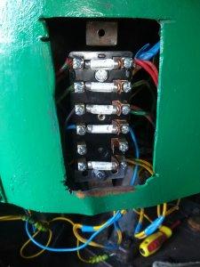 Zamontowana oraz podłączona skrzynka bezpieczników w ursusie c-4011