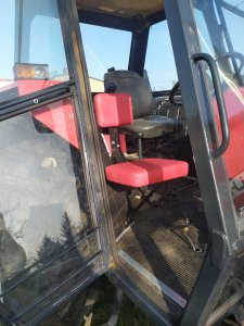 Siedzisko dla pomocnika traktorzysty.